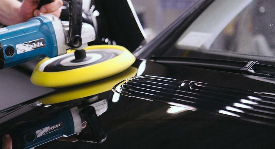 Фот опроцесса полировки кузова авто